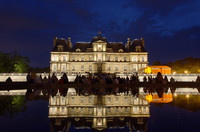 People-admiring-maisons-laffitte-castle
