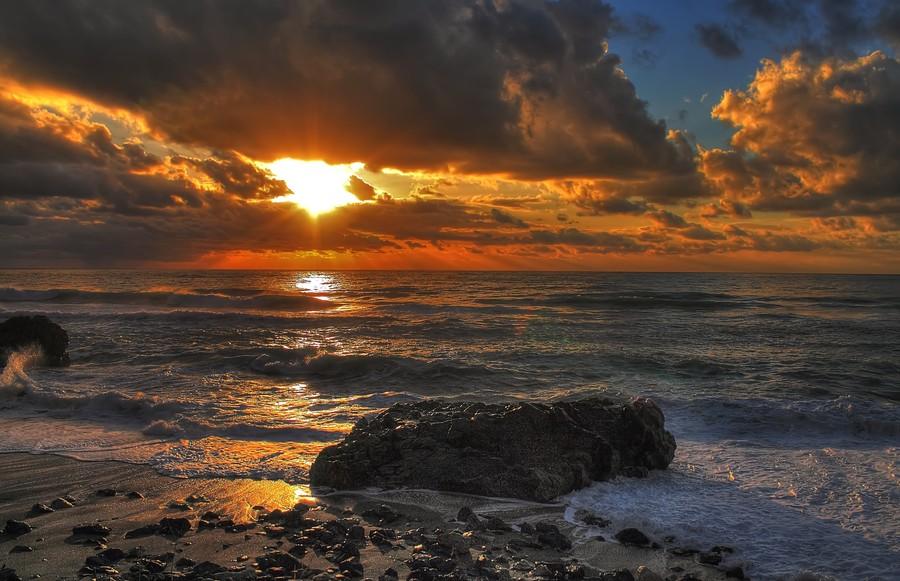 вечер в августе у моря принято считать