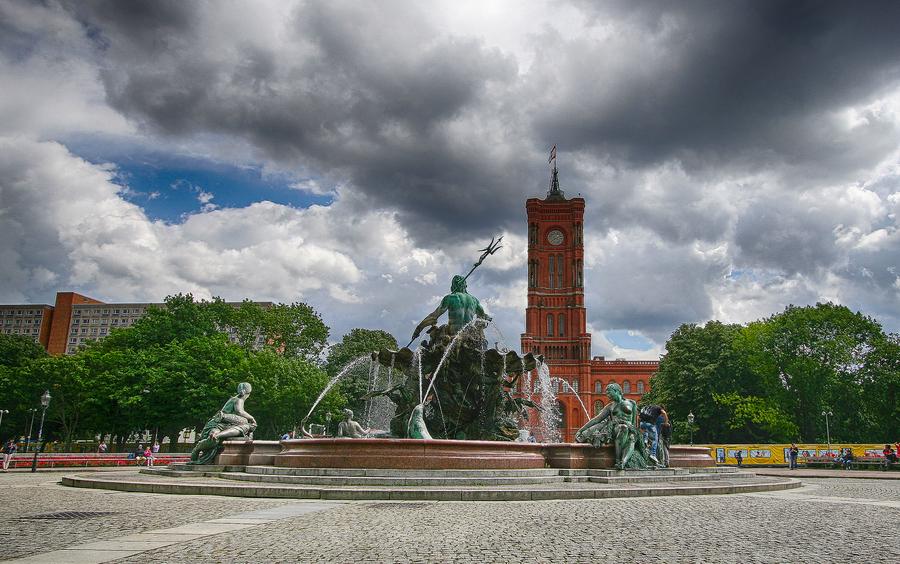 Berlin rotes rathaus und neptunbrunnen nik hdr