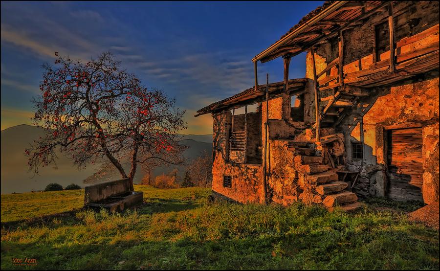 Casolare abbandonato al tramonto